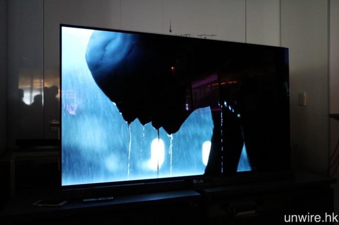 試播《漫威夜魔俠》的 HDR 片段,感覺畫面對比度的確十分之高,黑位紮實之餘,景深背景的光位仍有清晰分明的細節。