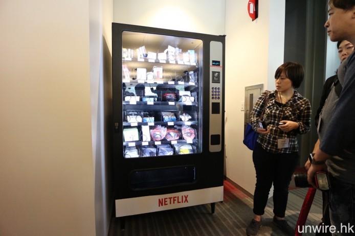 走入辦公室,迎面而來是一部自助「售賣」機,內裡擺放著各式各樣電子配件,雖然明碼實價,但實際上是免費提供給 Netflix 員工。