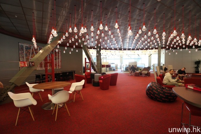 Netflix 還為員工在室內室外提供不同的工作及活動空間,而非只是單純一張工作檯。