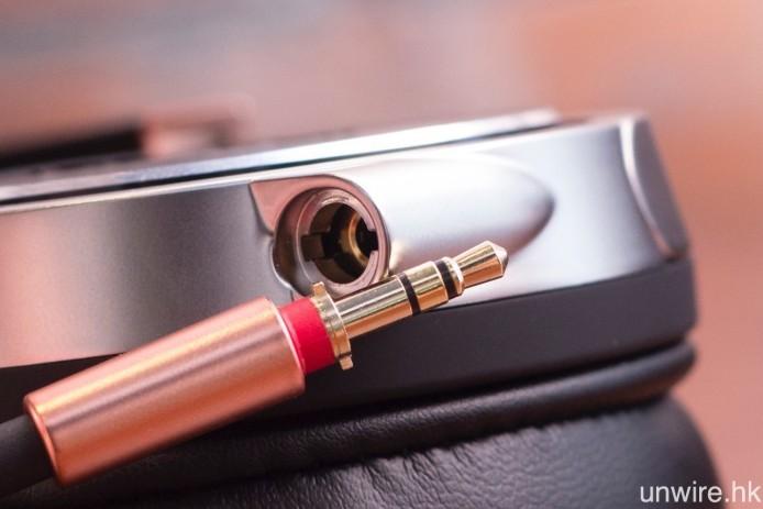 耳筒輸入端子插頭獨立於耳機腔室,並加入扭鎖式設計,確保線材不會意外掉落。