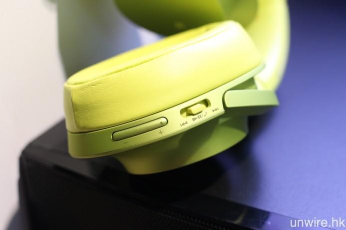 右邊耳筒則設有各種操作鍵。