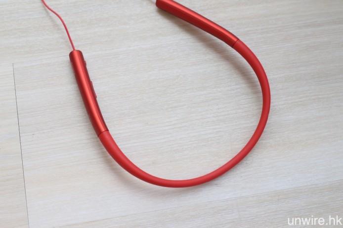 圓柱形充電池內嵌於頸掛機身。