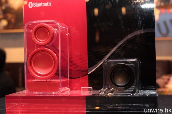 另外兩款產品則是同樣採用透明機身設計的 ClearHolic(左)及 ClearCube,兩者除可單獨播歌之外,亦可以一對同型號喇叭作無線立體聲輸出。
