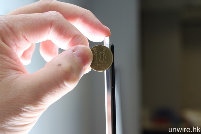 機身厚度最薄位置亦只是 6.6mm,較一個一毫的半徑更短。