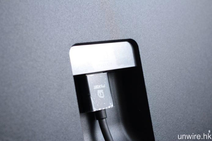 至於屏幕與主機之間,就用上專用接線「MI PORT」連接。