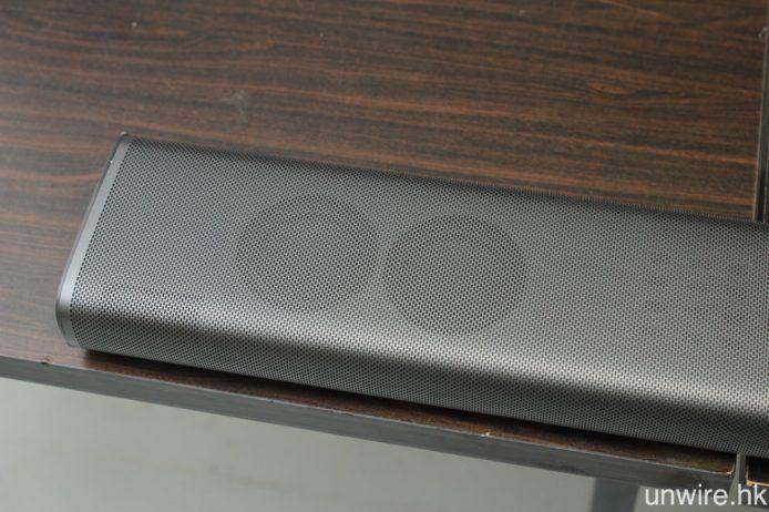 外接主機亦同時是 SoundBar 喇叭,左右兩邊頂部設有一對 2.5 吋中低音單元。