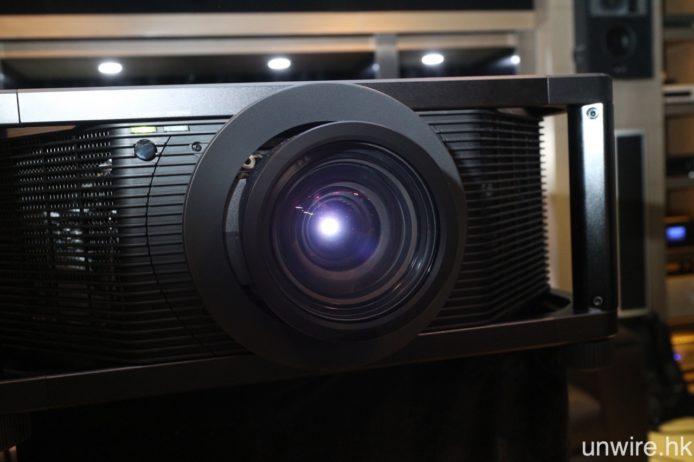 採用鐳射二極管光源,白色及彩色亮度達至 5,000 流明,而標準配置的鏡頭為 2.1 倍變焦鏡,提供垂直正負 80% 及水平正負 31% 鏡頭平移,亦可選配短投鏡頭。