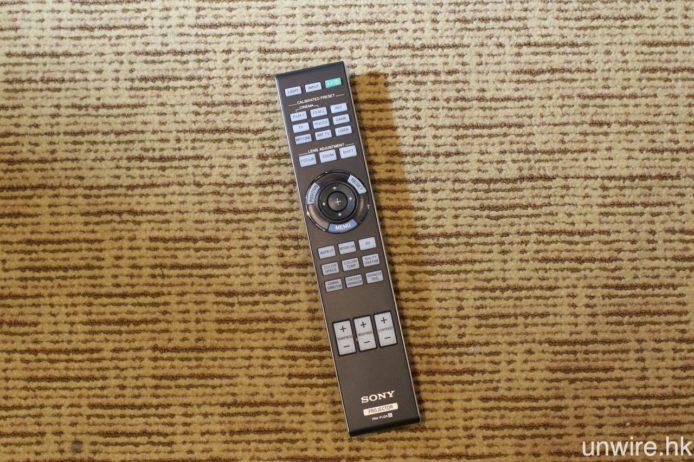 遙控器倒是與 Sony 其他家用投影機沒有太大分別。