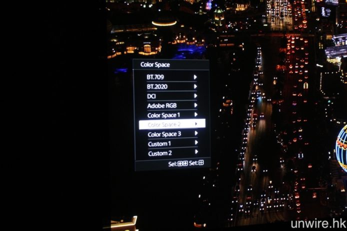 可選擇 DCI 及 BT.2020 色域顯示。