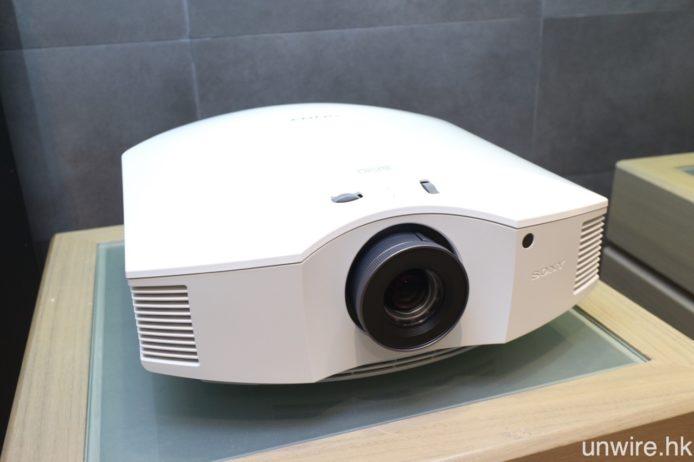 同場亦發佈全新全高清 SXRD 投影機VPL-HW45ES,設有黑、白二色選擇,僅售 $17,000 相信是它最大賣點。