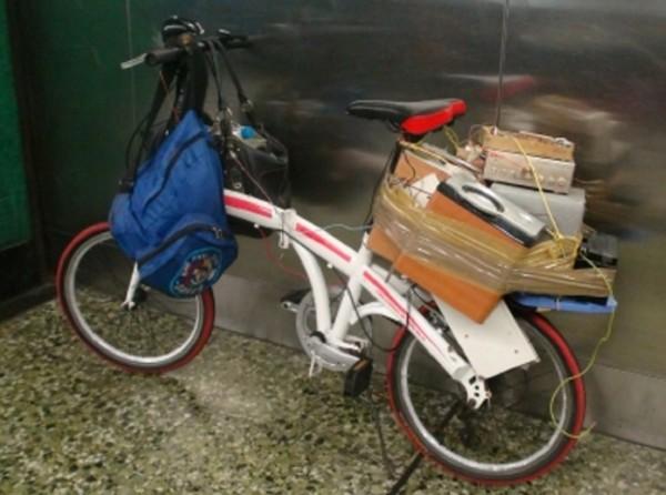 涉事單車車尾載有多個喇叭及電池箱