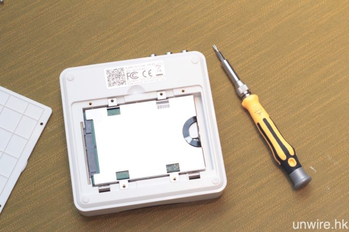 加裝 2.5 吋 SATA 硬碟或 SSD,Aries Mini 就可透過 Lightning Server 軟件,共享硬碟內的歌曲,讓其他串流音樂播放器播放。
