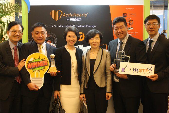 衛保數碼聯合創辦人高平 (左二) 表示,公司成立三年多,已取得超過30項專利,今年更贏得最佳智慧香港大獎,團隊們都非常雀躍。