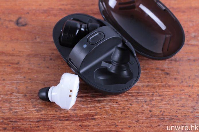 耳機底部設有用作充電的磁力金屬接點,放進保護盒就會自動貼合並為之充電。