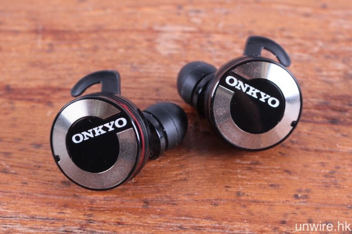 個人覺得外型上較 fFlat 5 Aria One 討好,右邊主耳機加入紅圈作標示。