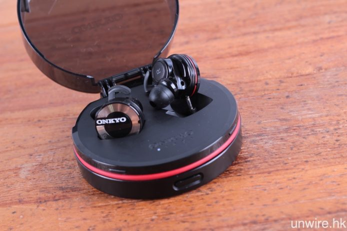 充電時需將 W800BT 耳機準確連接至充電盒中的充電針腳之中,相對地又不及另外兩款受測產品方便。