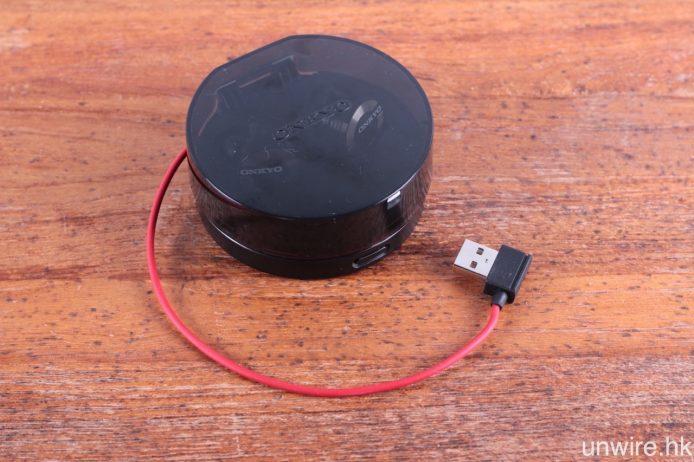充電盒的接線為嵌入式,連接至一般智能手機充電器,就可為之充電。實測可以連續聽歌約兩小時 50 分。