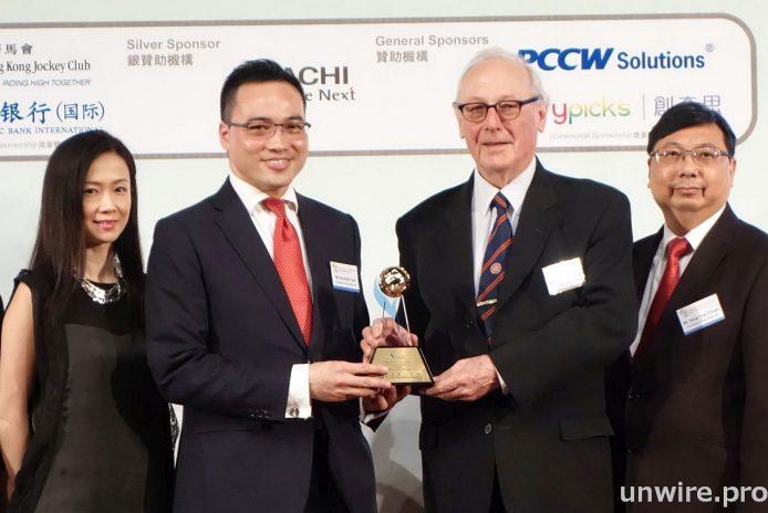 東亞銀行的智能數碼分行,贏得「最佳金融科技大獎」,網絡管理及營運部主管錢偉倫(左二)代表領獎。