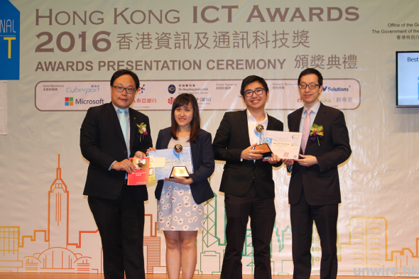 香港城市大學學生黃熙廷(右二)憑著 Wearable Canvas 「畫板 T」,獲頒「最佳學生發明(大專或以上)銅獎」。