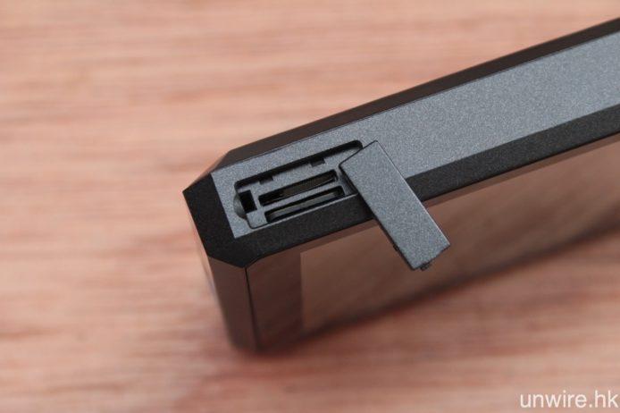 內置 32GB 儲存空間,並設有一對最高支援 200GB 的 Micro SD 擴充卡槽。