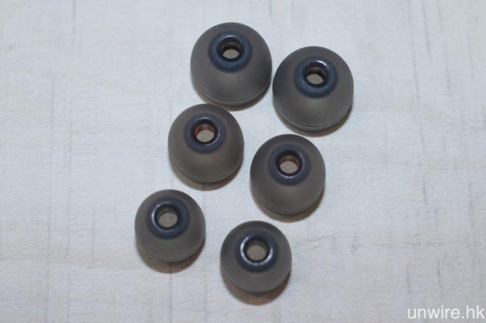 隨機附送 3 對不同尺寸的耳膠。