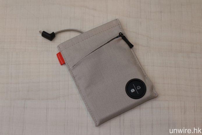 若選擇同捆套裝,則會包含一個內置充電器的便攜袋,袋內設 Micro USB 充電線。