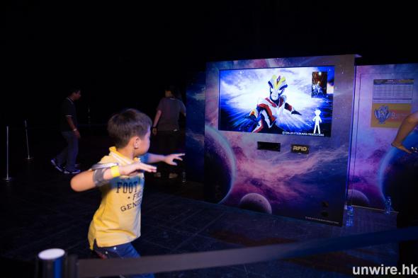 玩家只需携帶一條射頻識別手帶,就可透過遊戲,體驗如何成為一個超級英雄,增加對遊戲的投入感。