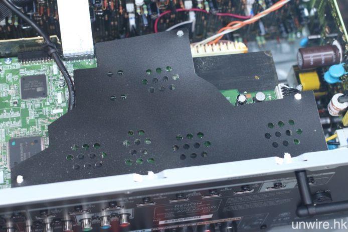 與 Marantz NR1607 一樣,AVR-X2300W 的機頂內部也配備能夠阻隔外來干擾之三文治式薄片。