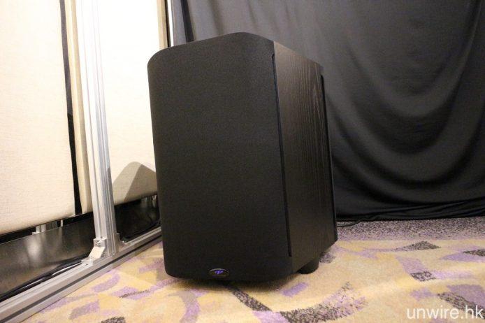 另一超低音喇叭則置放於房間後方,為 Paradigm Sub 2。