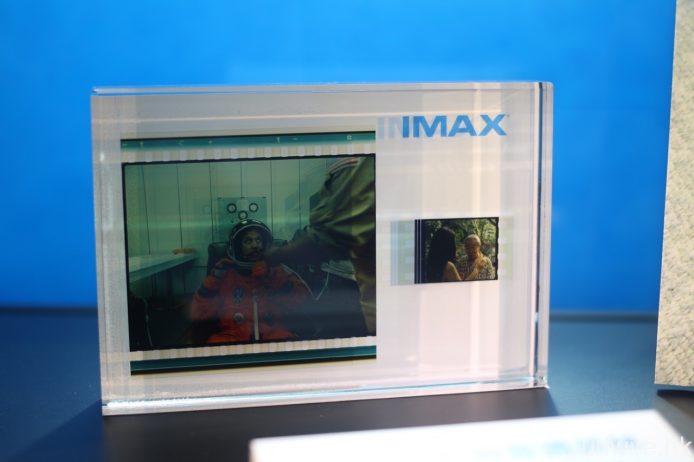 雖然 IMAX 戲院現時已經改以數碼放映為主,但相信不少 IMAX 迷都對它的 70mm 菲林之畫質念念不忘。究竟 70mm 菲林與一般電影的 35mm 菲林有何分別?那就是前者面積較後者大上接近 10 倍,而且比例有所不同,令解像度及畫面內容均遠較後者更為豐富。