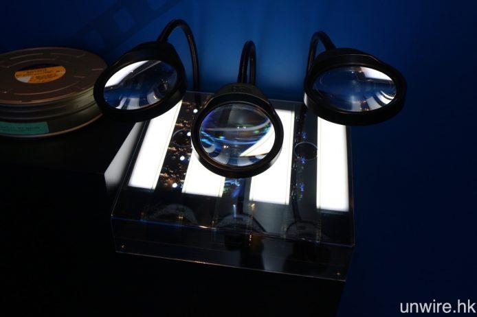 UA iSquare 內的 IMAX 展覽,參觀者可透過放大鏡親身觀看以往 IMAX 70mm 菲林記錄的每格畫面。