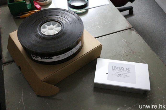 圖左的為 IMAX 70mm 菲林拷貝,而右邊的則是現行 IMAX DCP 硬碟,據 Teddy 表示,左面厚厚的一卷菲林,其實只是記錄著 3 分鐘片段,而右邊則已是一套完整的 IMAX 3D 版《蟻俠》。