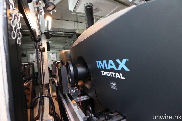 放映電影時,兩部採用 DLP 投影技術的放映機所投影出的畫面會作重疊,配合增益較高的銀幕,有效提升畫面亮度及銳利度,較一般戲院放映機光亮 60%。