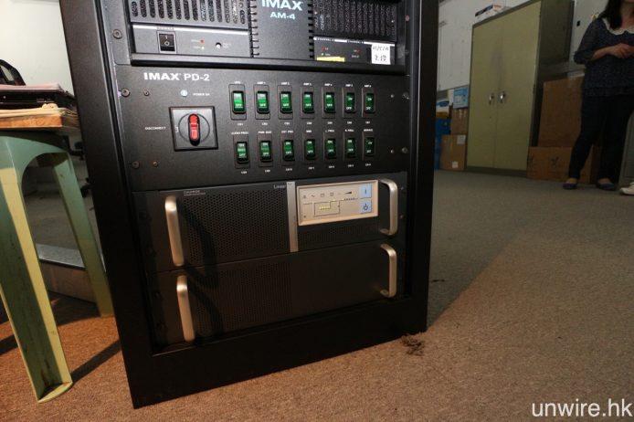 至於音效部分,所有擴音機均由 IMAX PD-2 負責供電,而 PD-2 下方的則是系統保護後備電源。