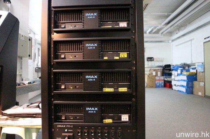 現時 IMAX 仍然採用 5.2 聲道無壓縮 LPCM 環繞聲軌,影廳內 5 個主聲道及兩個超低音喇叭,與及機房監聽用的一組喇叭,均由圖中 4 部 IMAX AM-4 負責驅動。