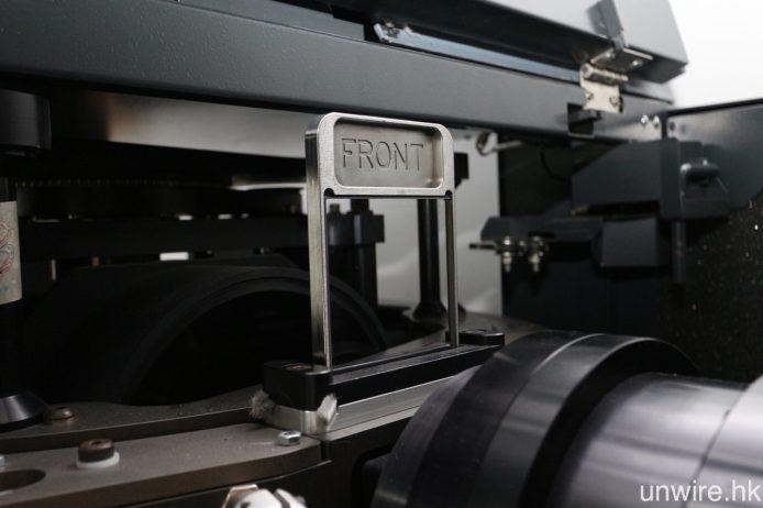 Teddy 提及每次間場期間,都需要細心清潔圖中的菲林透鏡,以防塵埃影響放映畫面質素。