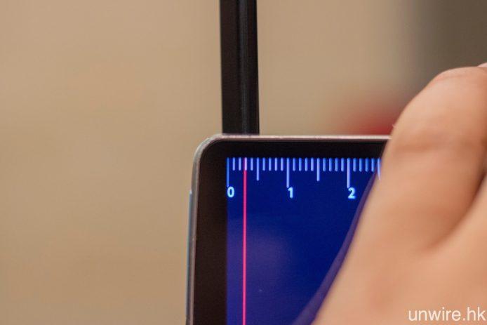 E6 採用 Picture-on-Glass 設計,OLED 面板僅厚 3mm,連玻璃背板亦只厚 5mm。