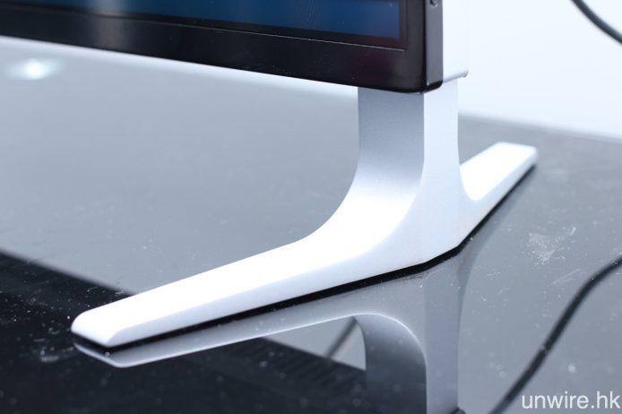 機腳改為放置於機身左右兩邊,並用上向內 V 型設計,加強時尚感。