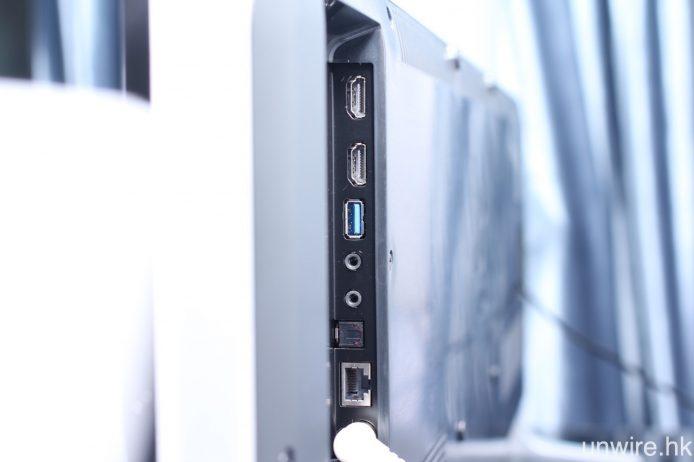 機側設左兩組 HDMI、一組 USB 3.0、一組 3.5mm AV 等輸入端子,以及 3.5mm 耳機及光纖輸出。