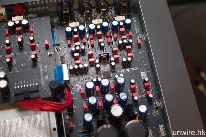 立體聲模擬音效輸出線路上,除電源電路上的 ELNA 主電容未有更換外,其他電容均改用 Vishay BC Componets(Philips)電容。
