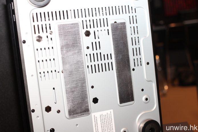 機殼頂蓋內部及機身底部亦貼有玻璃纖維。