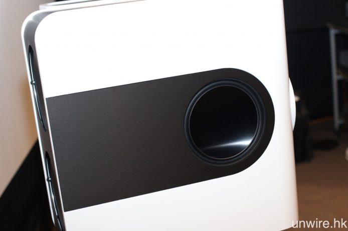 左右兩邊及喇叭背後,合共設有 4 個 6.5 吋超低音,所有單元各有 1 份 250W D 類 Ncore 擴音線路驅動。
