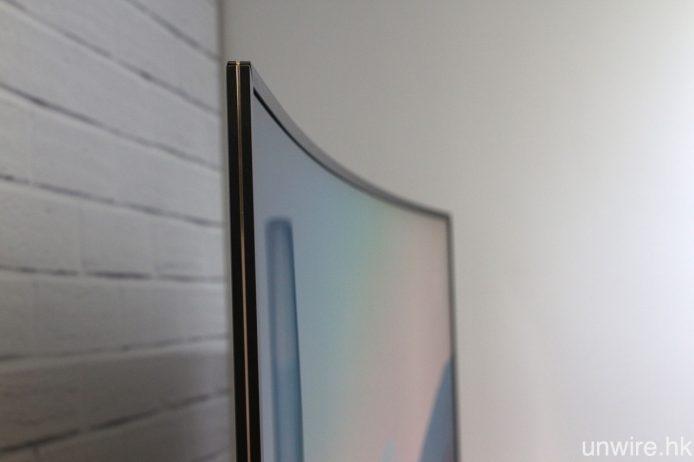 雖然用上弧形屏幕設計,但與上一代一樣,其弧度不算太大,令畫面兩邊的變形減少,而機身厚度亦與平面電視不相伯仲。
