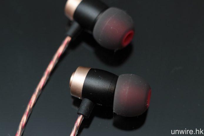 耳機腔體採用鋁合金製成,顏色為玫瑰金。
