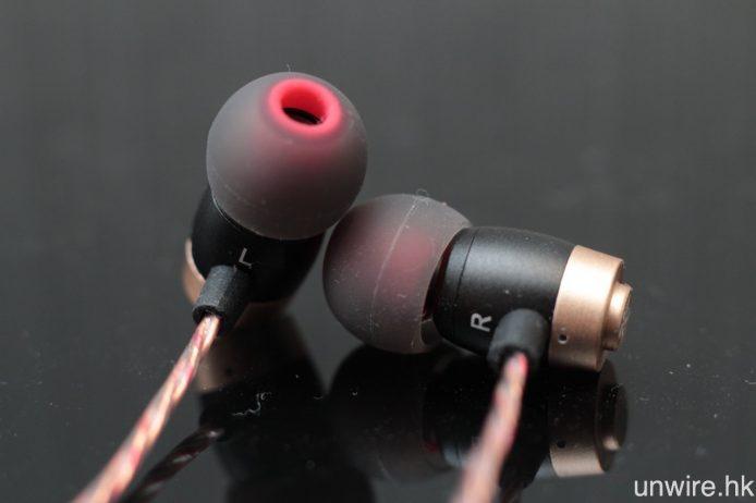 耳機底部分別印有 R 及 L 字樣標示左右。