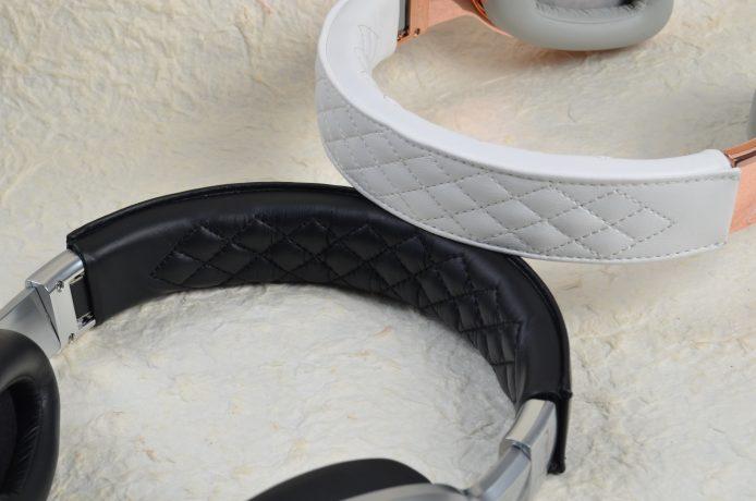 Elite 系列在耳架上、下均仿皮革表面,以針線縫出格仔紋,有助提升仿皮革的耐用度。