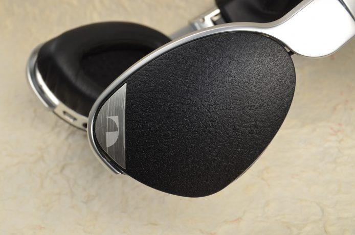 耳機單元的外殼則是塑膠製,但表面加上淺坑紋,握著時不會感到滑手。