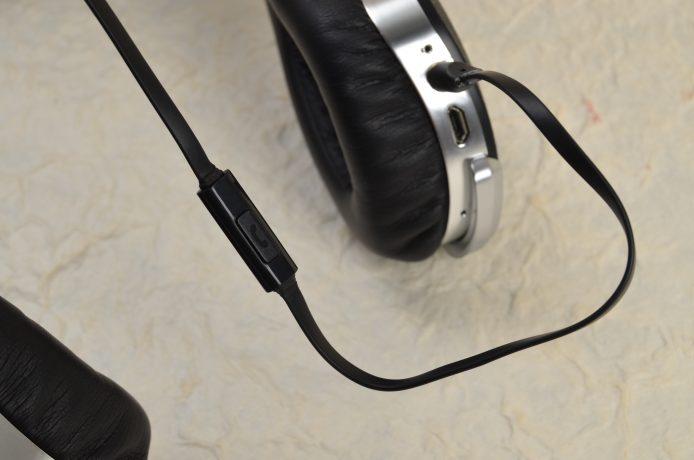 另一條「3.5mm ↔ 3.5mm」接線,兩邊均屬鍍金插頭,並設有接聽電話按鍵。