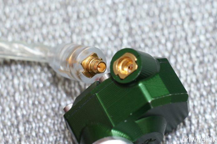 接頭為 MMCX 規格,以鈹銅製成。