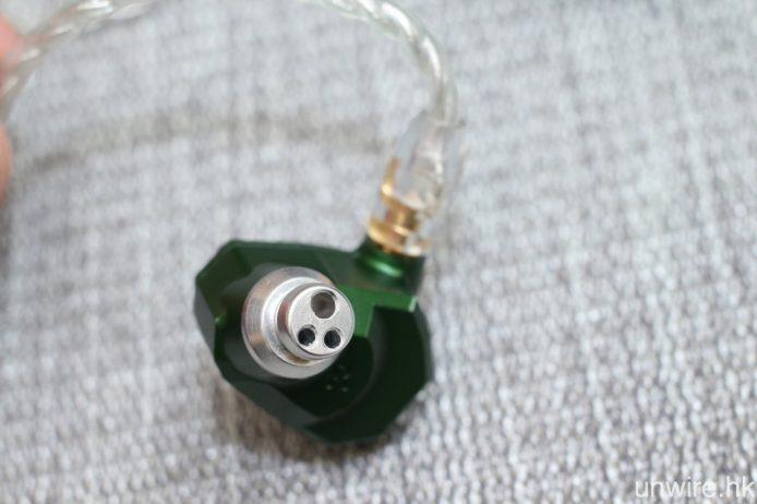 Andromeda 採用 5 組動鐵單元,並用上 3 開孔的無塑料導管之金屬共振腔。